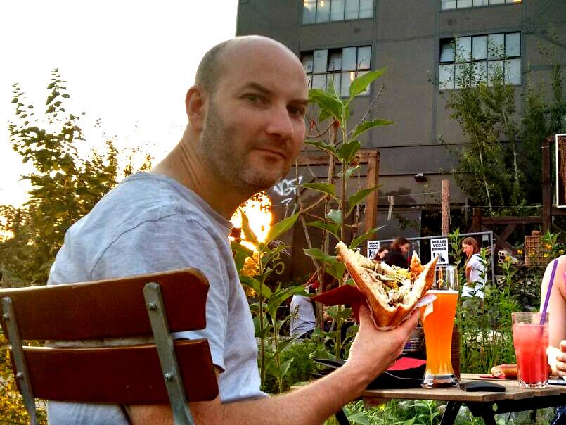 Ryan Hellyer eating a vegan döner